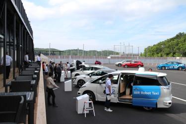 伊勢志摩サミットでは各国のメディアがロボットタクシーを試乗体験した